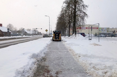 VIDEO: Realizējam pašvaldības pasūtījumu -  tīrām aizaugušas ietves