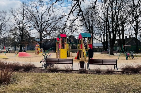 KULK uzkopj bērnu rotaļu laukumus sešas reizes nedēļā