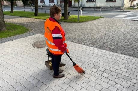 Labiekārtošanas nodaļas darbinieki uzkopj Jelgavas pašvaldības skolu teritorijas
